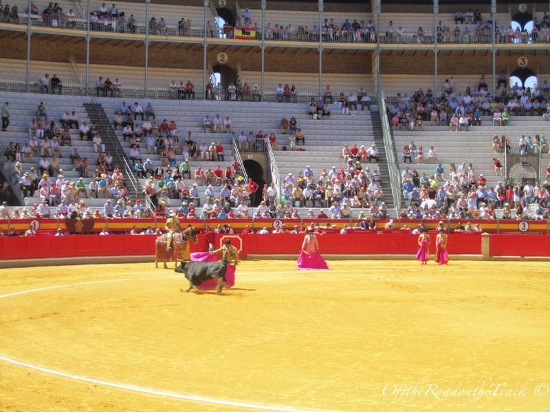 Sadece bu matador baslarda peleriniyle bogayi kizdirmayi basarabildi…