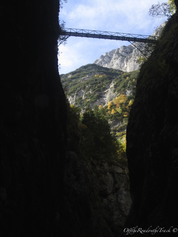 Dönüş youmuz... Dağın yukarısına tırmanarak bu köprüden geçtik...