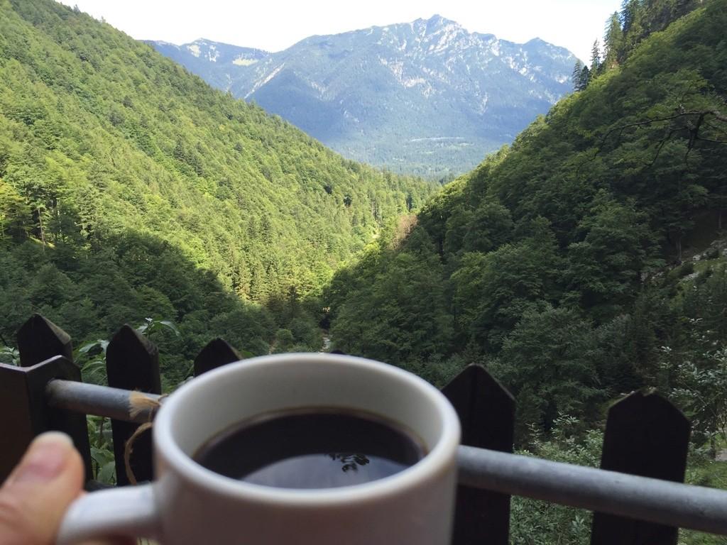 Geçit girişindeki cafede muhteşem manzaraya karşı kahve keyfi