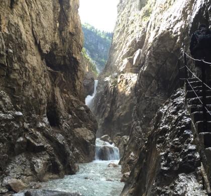 Geçitte dar yollardan, köprülerden geçmek gerekiyor. Yol zaman zaman mağara içinden devam ediyor.