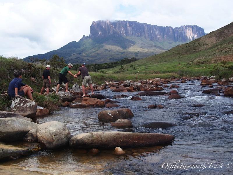 Tek Nehri'ni geçebilmek için taşlarla kendimize yol yaptık…
