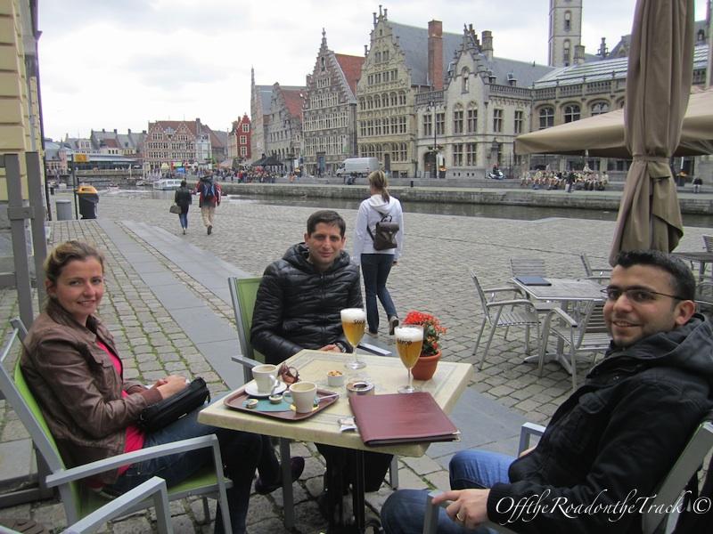 Gent'te kanal kıyısında keyif