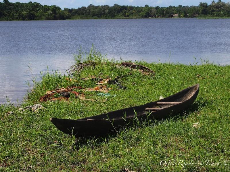 Küçücük çocuklar bu kanoları öyle güzel kullanıyorlar ki. Ancak yine de her yıl bir sürü çocuk bu nehirde boğulmaktan kurtulamıyor!