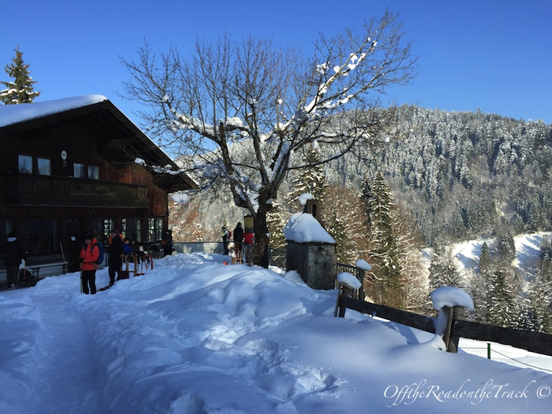 Partnachklamm sonrası karlarla kaplı muhteşem doğa ve mola verebileceğiniz bir dağ evi