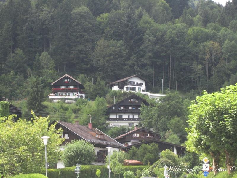 Yemyeşil orman içinde Bavyera köyleri