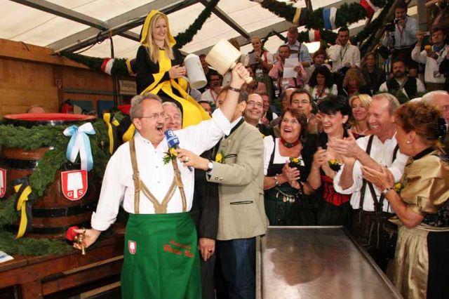 Oktoberfest Münih Belediye Başkanı bira fıçısının musluğunu açarken
