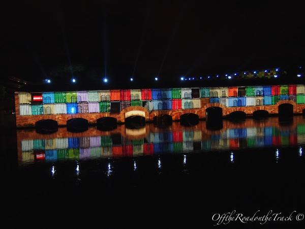 Şehrin başka bir bölgesinde, köprü üzerinde yapılan ışık göstersinden bir kare