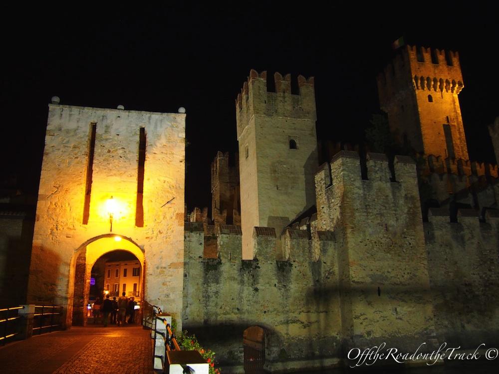 Sirmione: Tarihi taş köprü üzerinden şehre yürüyerek ulaşıyorsunuz