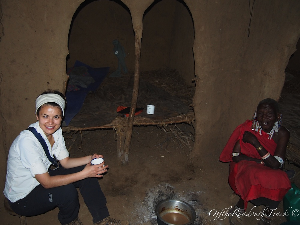Masai Bibi'nin evinde çay içerken.