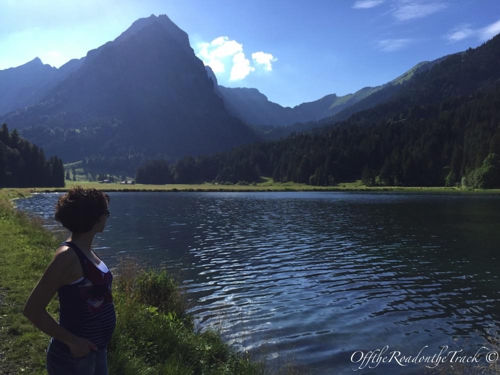 Göl kenarında yürüyüş