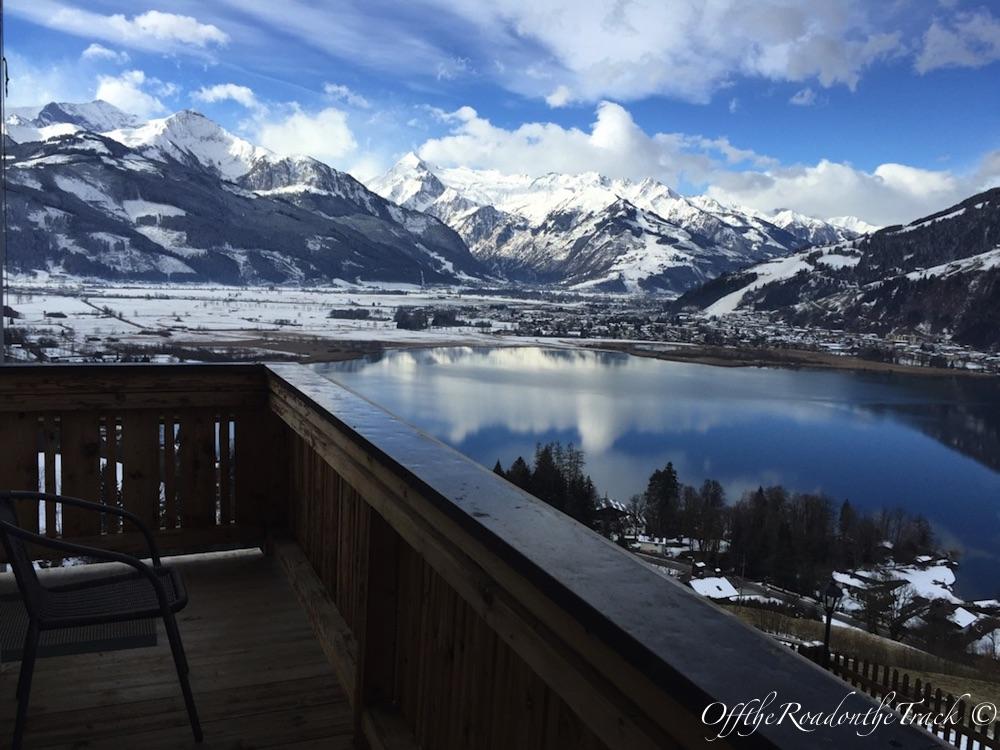Otelin balkonundan göl manzarası