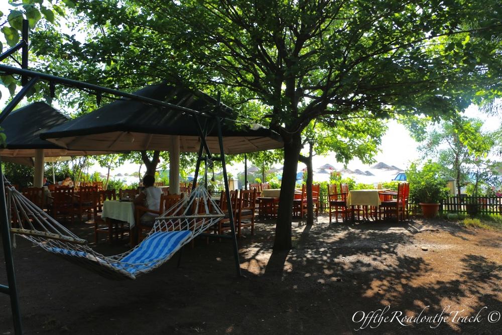 Otelin ön tarafındaki restoranı ve dinlenme yeri