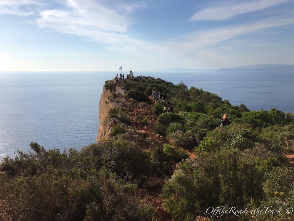 Navagio Kumsalı'nı tepeden görmek için bu yolun sonuna gitmeniz gerekiyor