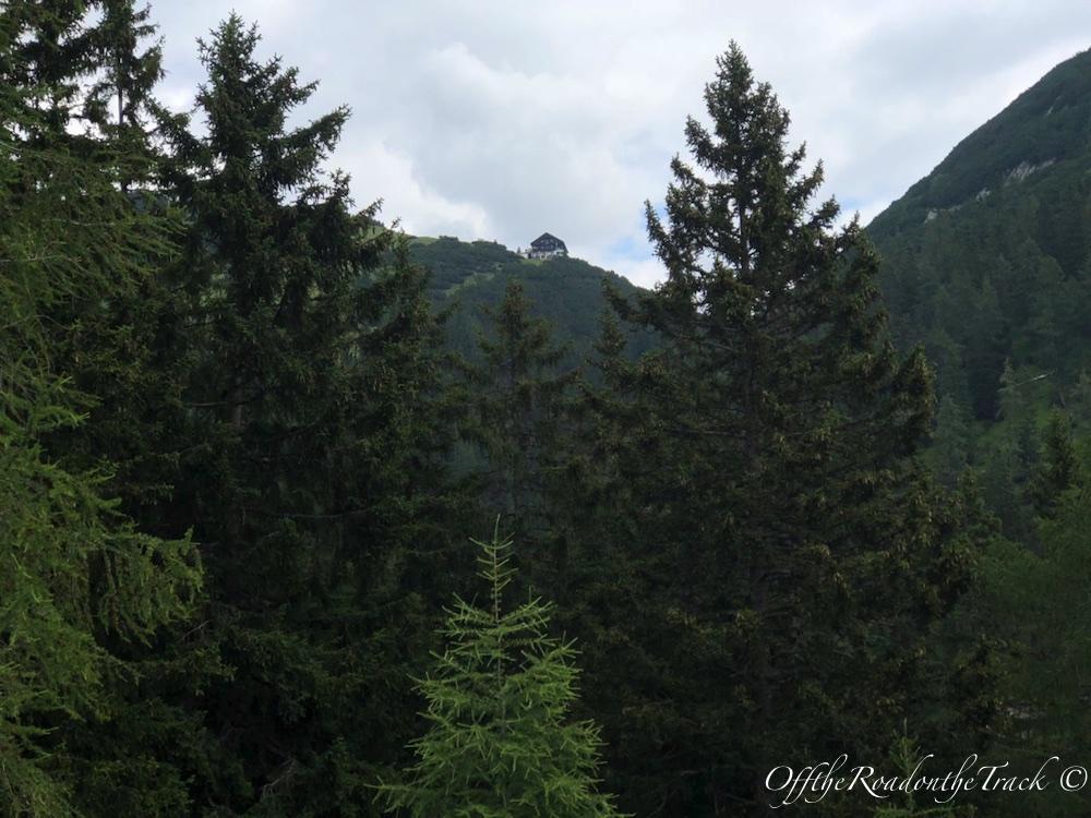 Hedef işte tam karşıda tepede küçücük görünen dağ evi